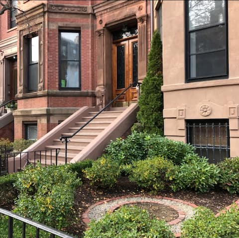 Brownstone in the heart of Back Bay with parking