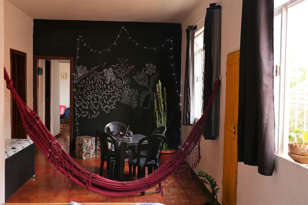 Sala de estar com cortinas e black out