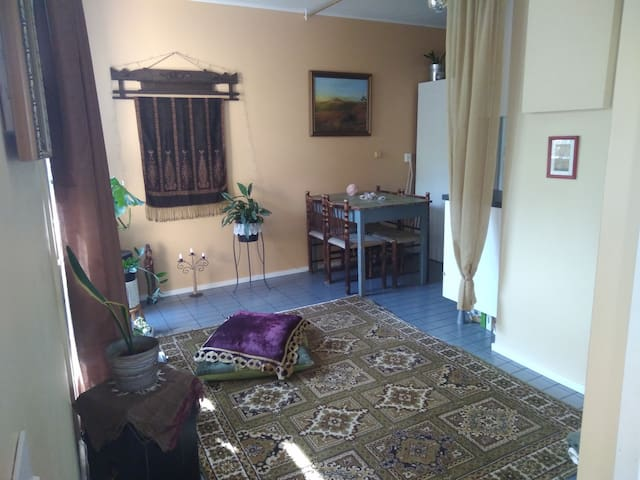 Private room  in a row house, 30mins HKI + airport
