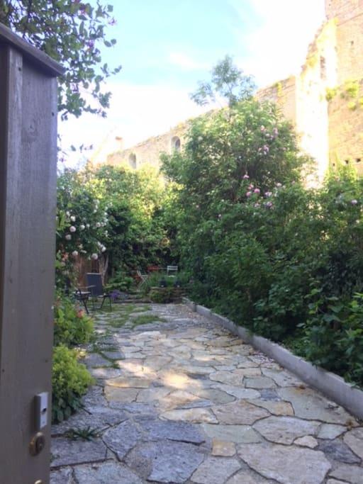 Ingång till trädgården och entre från gården