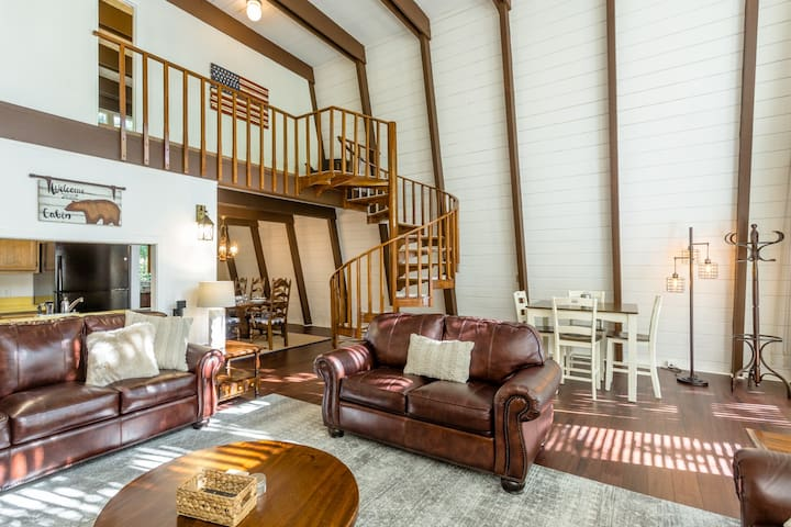 Comfort, privacy & woodsy vibe at the Oliver Lodge