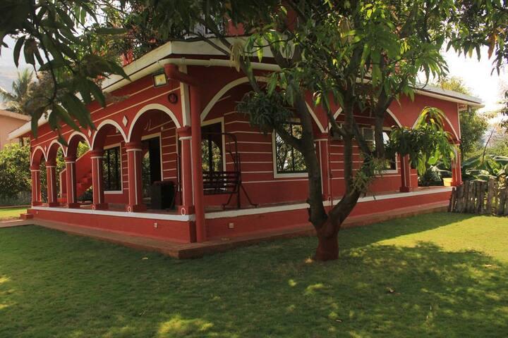 5 BR pet friendly Garden Villa with Swimming Pool. - Karjat - Bed & Breakfast