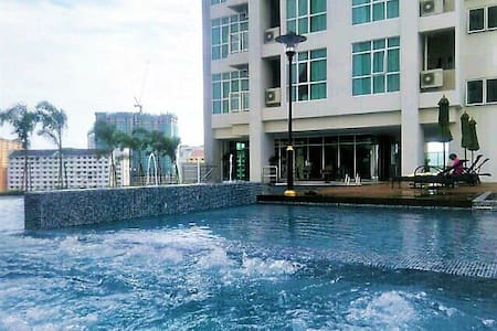 New studio suite pool view in town - George Town