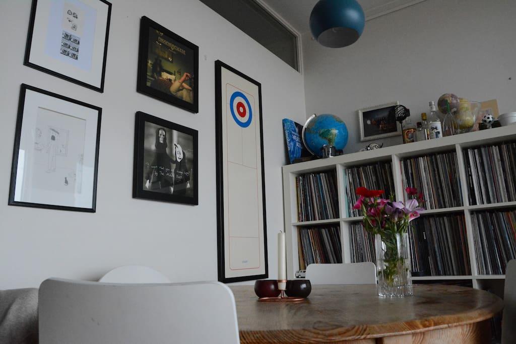Spisebord for fire personer. Stor vinylsamling.
