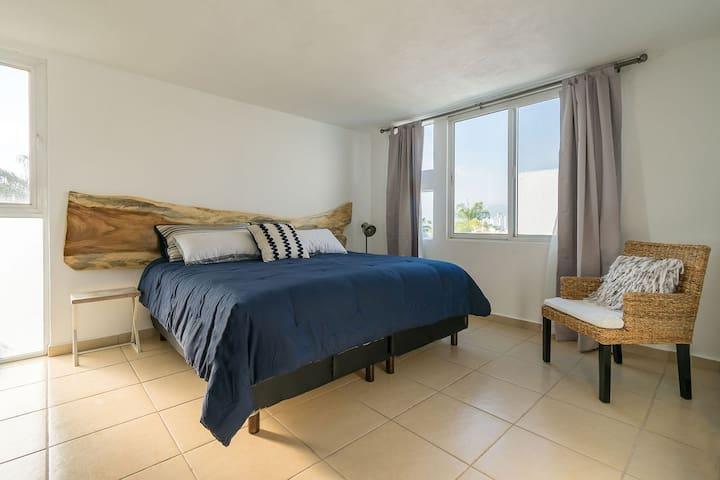 Recámara 2 Amplia habitación con cama King Size con vista a la alberca y cuenta con cortinas black out para su mejor descanso. Habitación cuenta con ventilador de pedestal.