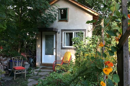 Private cabin in backyard garden - Toronto - House