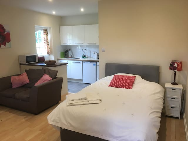 Self catering studio flat, Appleshaw Nr Andover