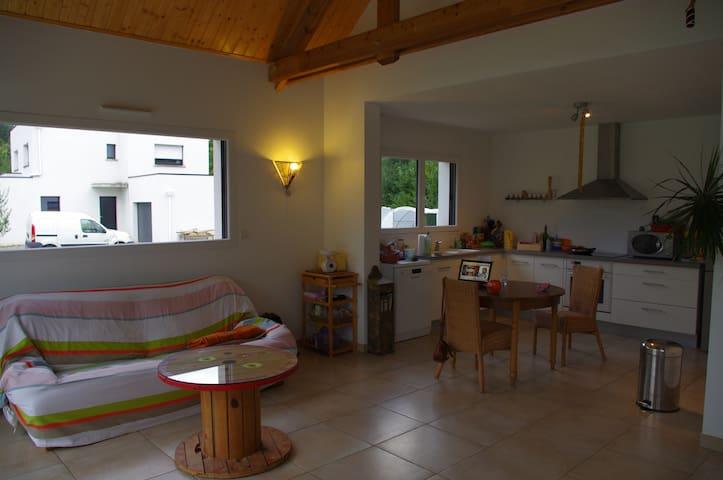 Loue chambre calme ds maison neuve - Saint-Allouestre - Casa