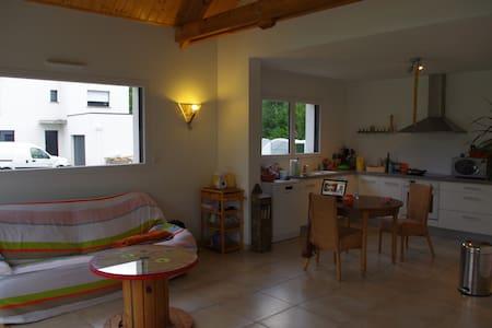 Loue chambre calme ds maison neuve - Saint-Allouestre - Dům