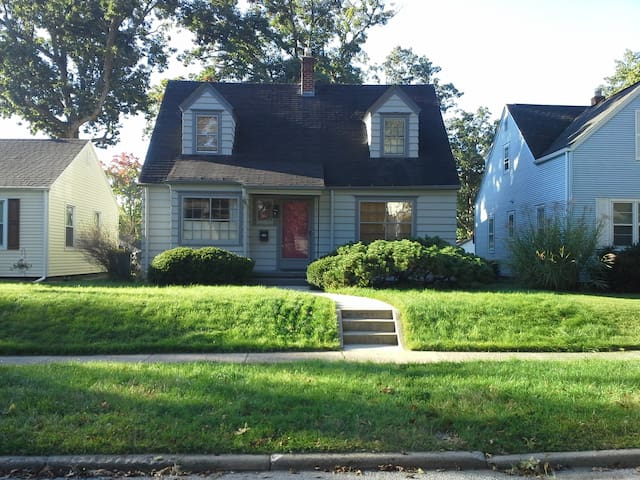 Charming Home in Quiet Neighborhood - Mishawaka