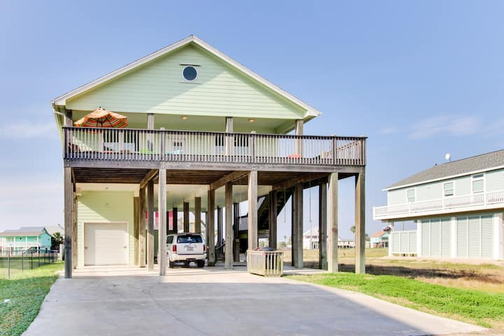 Dog-friendly (2 dogs, any size) oceanview getaway - 2 minutes to the beach!