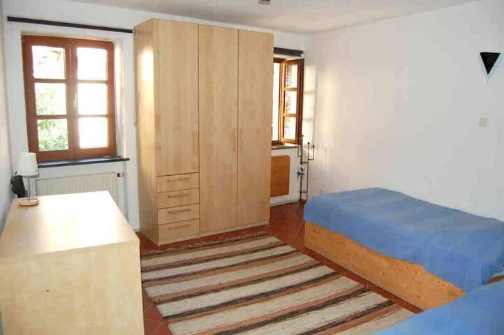Weiteres Schlafzimmer unten mit zwei Einzelbetten