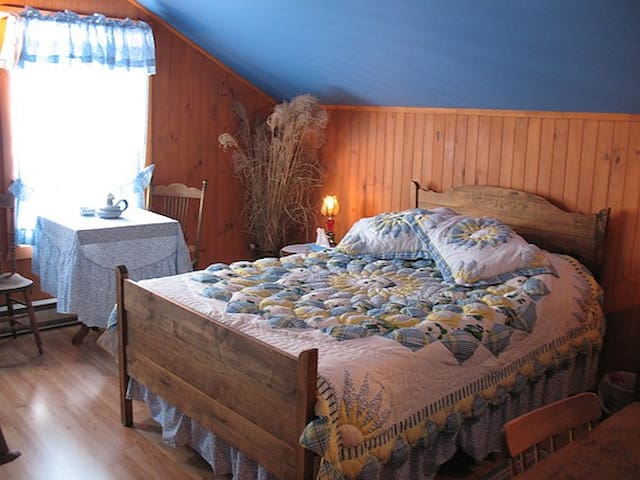 Chambre La Guy (Gîte La BouGie Verte) - Saint-Urbain - Bed & Breakfast
