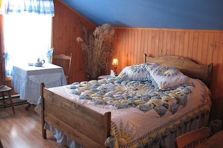 Chambre La Guy (Gîte La BouGie Verte) - Saint-Urbain - Bed & Breakfast