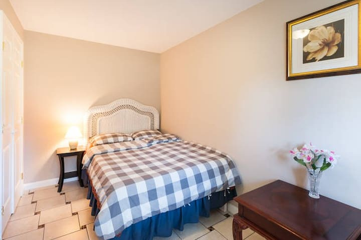 Newly Remodeled Private Bedroom #1 - Chantilly - Huis