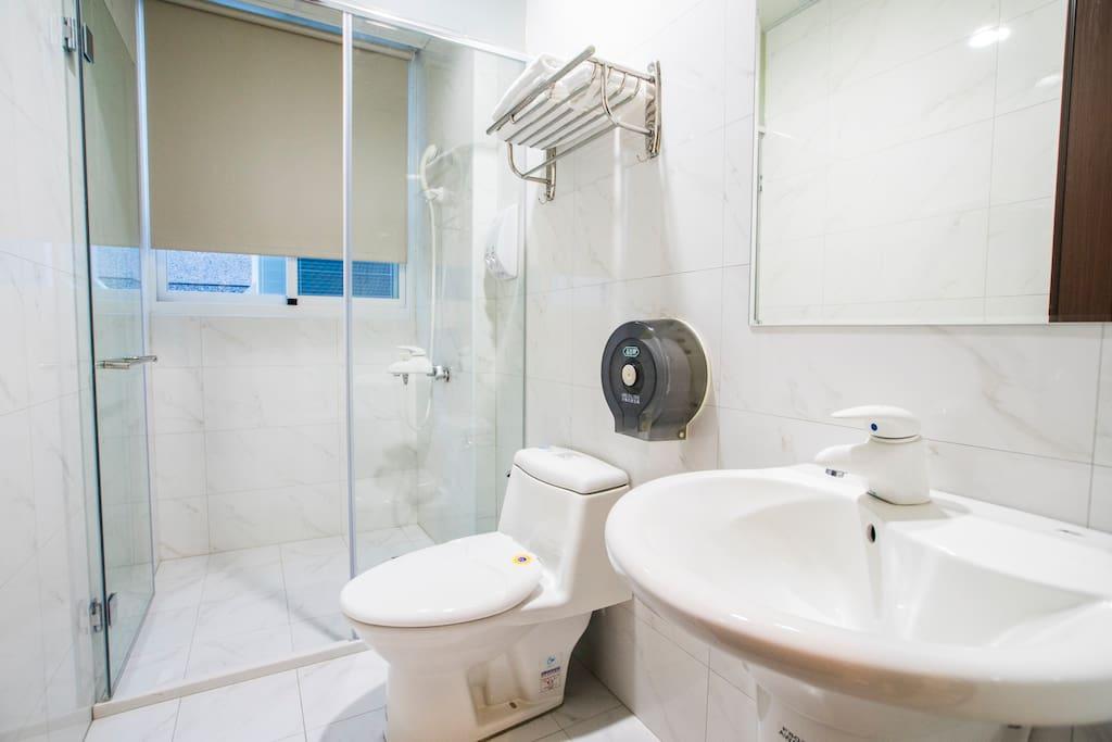 房間有專用的乾濕分離浴室,乾淨清爽舒適