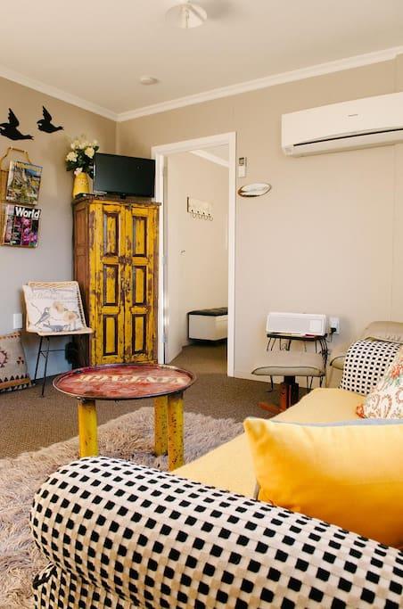 Cosy lounge w/heatpump,tv,freeview, ipod dock