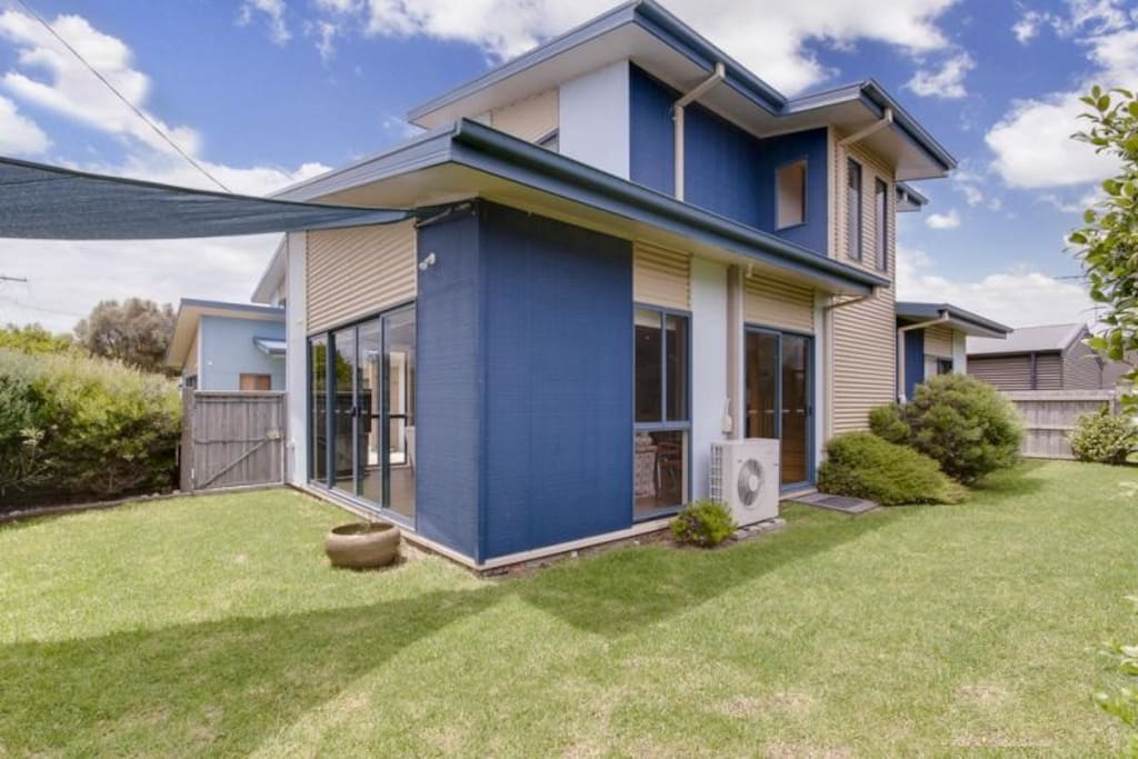 Wavy beach house walk to beach houses for rent in for Beach house designs phillip island