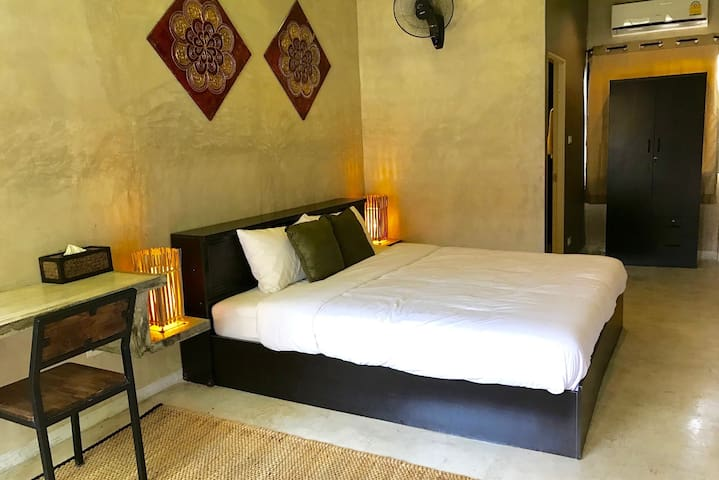 Huge King Bed, Near Nite Bazaar & Old City (Rm 5) - Chiang Mai - Guest suite
