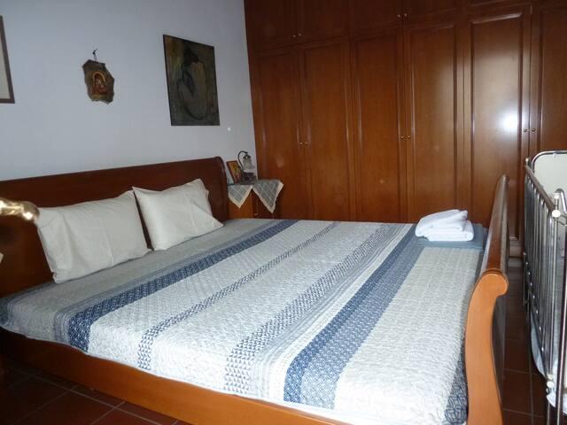 υπέρδιπλο κρεββάτι 2,20 Χ 2,20  και παιδική κούνια στο ίδιο δωμάτιο