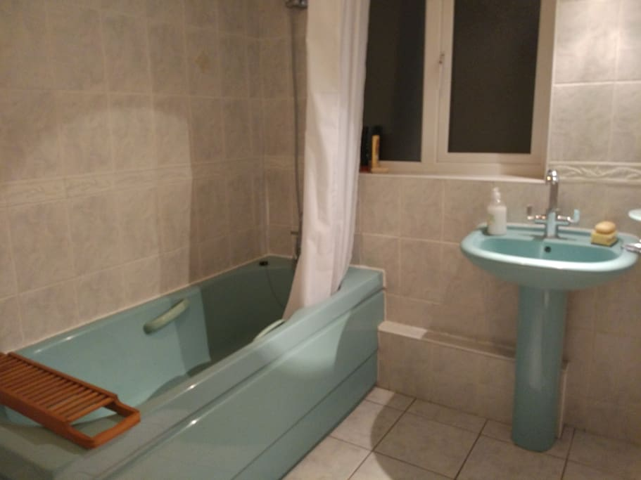 Fully equipped bathroom (separate toilet)