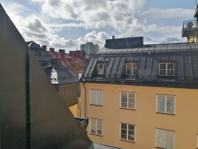 Takvåning Södermalm. Rum mot gård utan trafik.