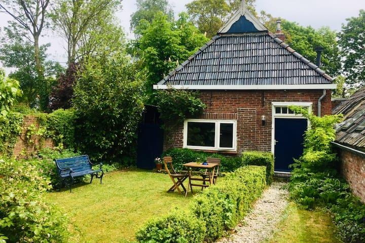 Landelijk huisje in een weelderige binnentuin