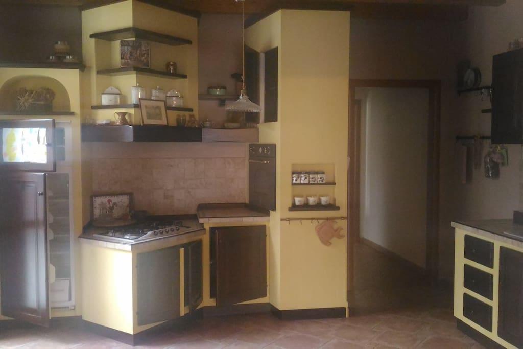 Cucina zona fuochi, forno, frigorifero e dispensa