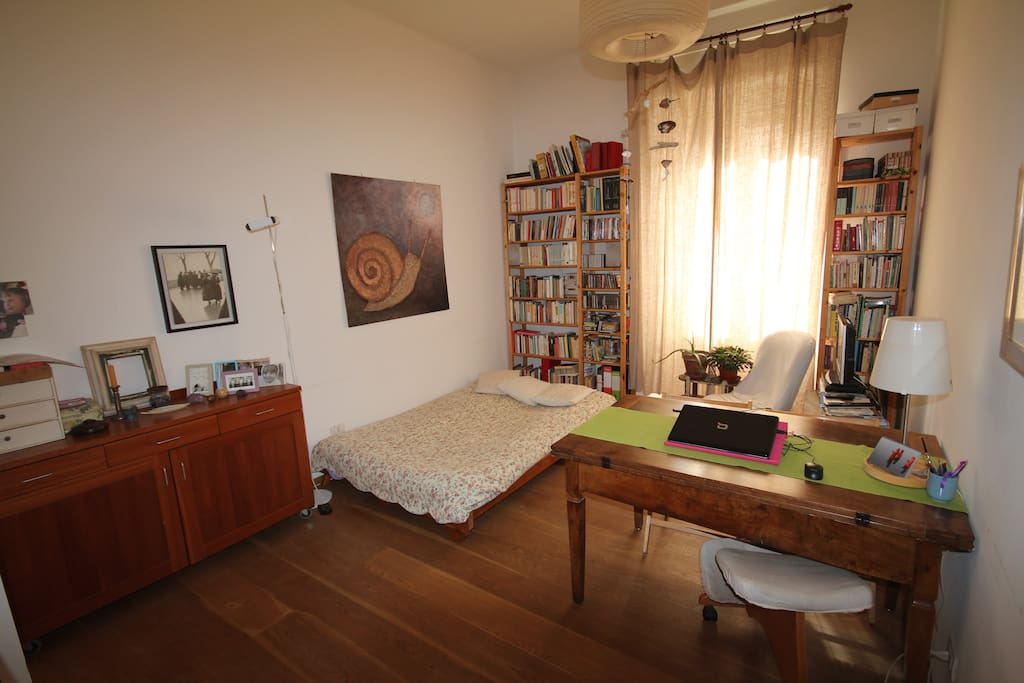 Il soggiorno con il divano letto aperto