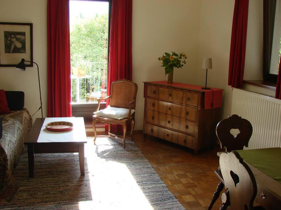 Das gemütliche Wohnzimmer mit Balkon.