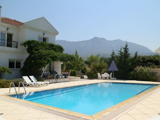 Villa Manolya (Kyrenia)+ pool, seaviews & gardens.