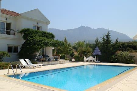 Beautiful Villa with sea views, pool & med. garden - Girne - Villa