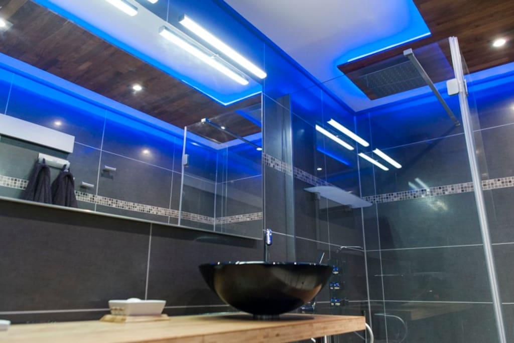Salle d'eau, douche à l'italienne avec pomme de tête 30*30.
