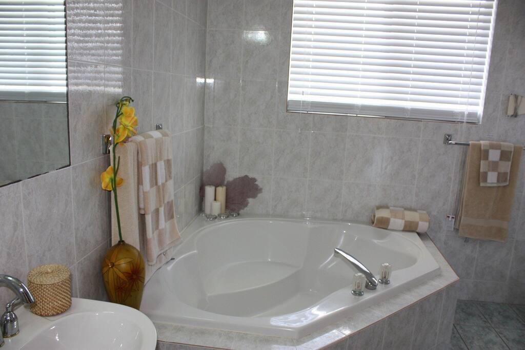 Badezimmer mit Badewanne und Dusche bathroom