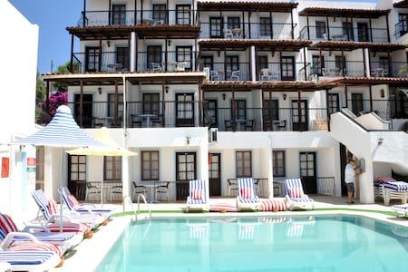 Deniz havuz manzaralı balkonlu oda - Penzion (B&B)