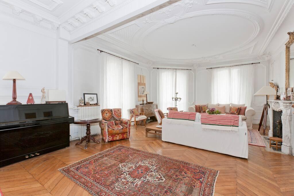 Great and charming hausmanian flat apartments for rent for Chambre de bonne paris rent