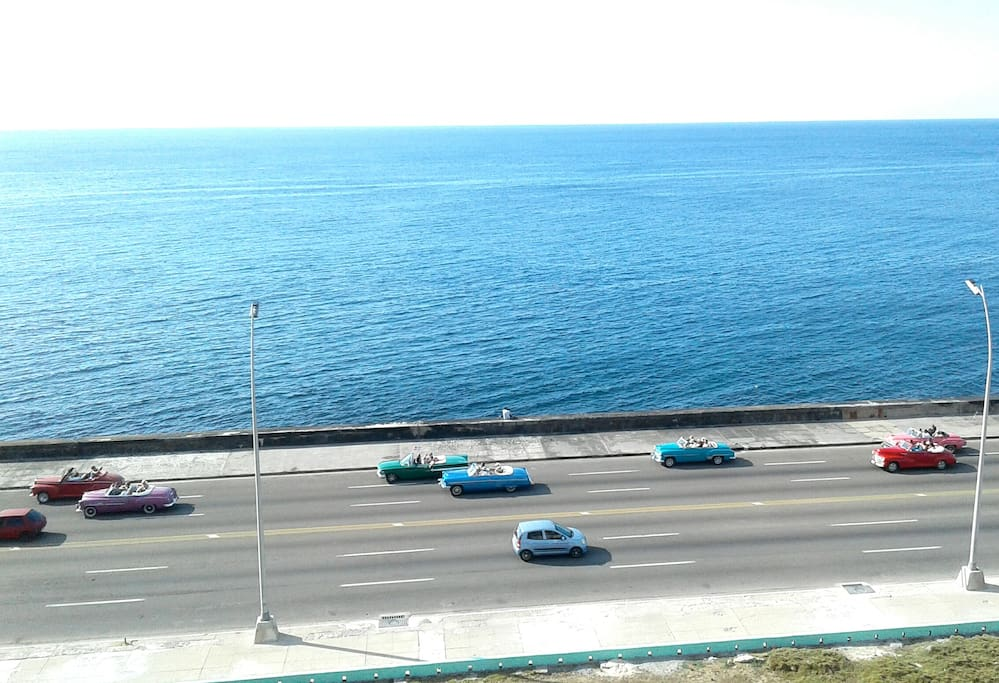 Recorrido en caravana de autos antiguos por la calle Malecón.