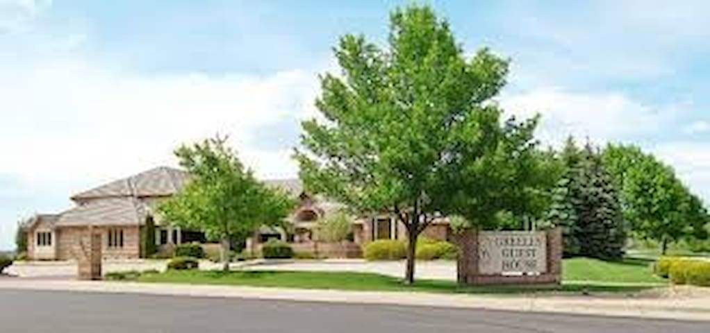 GuestHouse and Suites - Greeley - Bed & Breakfast
