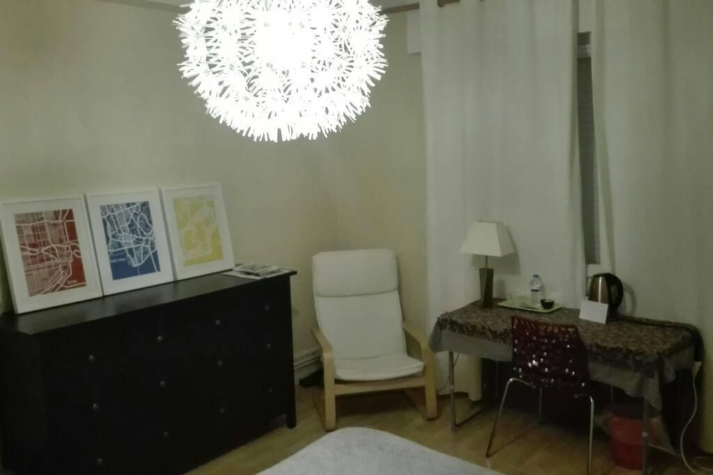 Chambre principale - 16 m². Orientation sud-ouest. Lit 140cm