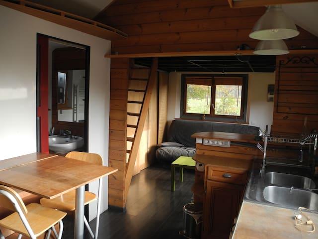 A gauche de la table (hors cadre), les toilettes et à sa droite, la salle de bain