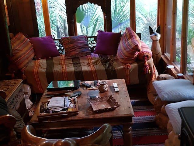 Chambre grand lit dans chalet  exotique(télé wifi)
