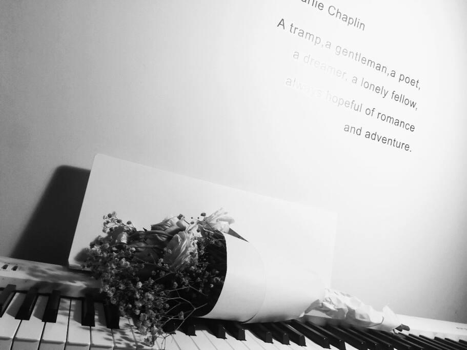 钢琴和鲜花最配