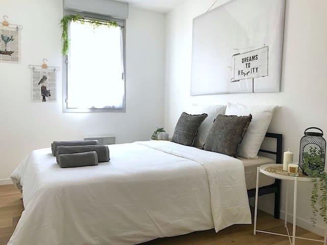 Chambre  lit double, avec penderie. Literie neuve confort.