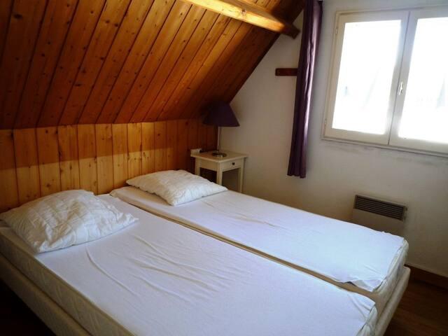 Chambre avec 2 matelas sommiers accolés