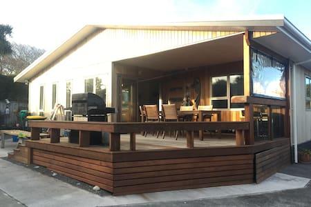 Te Maunga Kea (Mountain Parrot) Beach House - Oakura