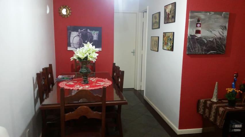 Sala com mesa de 6 lugares.