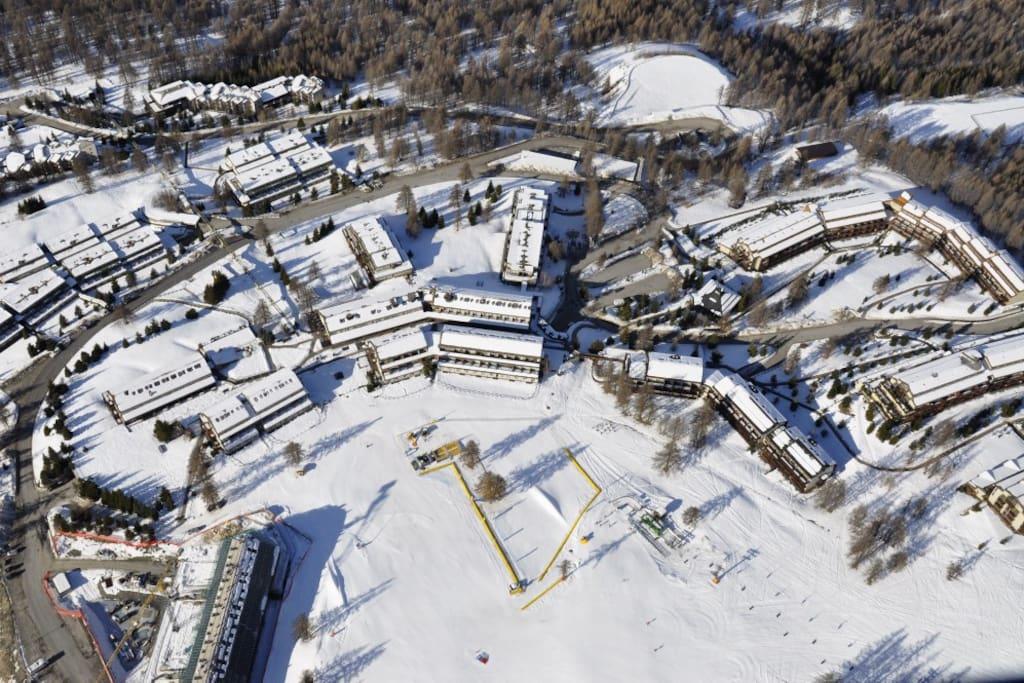 Il complesso residenziale di Sansicario Alto, direttamente sulle piste da sci _ Sansicario residencial complex, on ski slopes