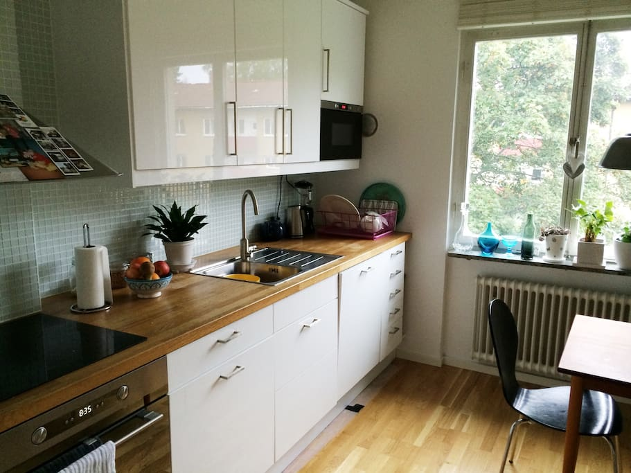 State of the art kitchen with seating for 6 people, dishwasher and both microwave and regular oven.