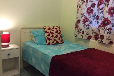 Private room for single traveller. Good TT option! - Douglas - Rumah