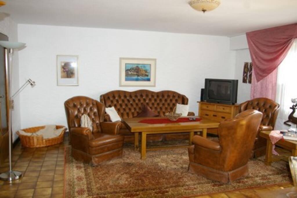 Das gemütliche Wohnzimmer zum Wohlfühlen. Der alte Tisch aus massiver Eiche und die gemütliche Echt-Ledergarnitur wird das Zuhause nicht vermissen lassen